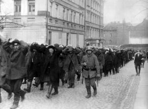 Av tyskarna tillfångatagna rödgardister förs igenom Helsingfors gator. Bild: Scanpix