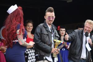 Överlämnade priset för bästa rockabillyfrilla till en rockabillysnubbe från Tyskland gjorde förra årets miss Summer Meet
