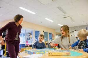 """Ulrika Lundström Persson (t.v) förklarar ankspelet för Nadja Sundberg och sönerna Adrian och Teodor. Ingen av dem har behövt uppsöka sjukvård för att få antibiotika utskrivet. Nadja har tänkt på faran med antibiotikaresistens. """"Jag är orolig för att det inte skulle fungera när det verkligen behövs"""", säger Nadja Sundberg."""