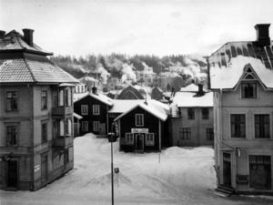 Inte heller denna bild har någon datumangivelse men det skulle kunna vara en kall vinterdag på 1950-talet. Oscaria finns kvar men i det lilla huset på gården har det öppnat en foto- och leksakaffär.