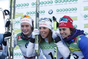 Tättrion segerposerar efter prisutdelningen. I mitten Charlotte Kalla omgiven och tvåan Sofia Henriksson till vänster och trean Anna Haag,
