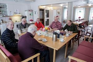 Besökarna på dagcentralen Stellan Röök (med ryggen mot kameran), Bernt Malmberg, Björn Carlberg, KG Alkvist, Anders Hjalmar och Åke Simonsson verkar alla se fram emot ombyggnaden av Kommunalhuset.