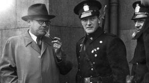 Harry Söderman i samspråk med några norska poliser utanför det tidigare Gestapohögkvarteret på Möllergate 19 i Oslo.