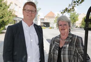 S-topparna Fredrik Rönning och Carin Runeson presenterar partiets valprogram, där flera av löftena redan är på väg att infrias.