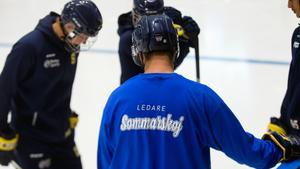 Rickard Pettersson håller i ledarsamlingen inför sommarens sista