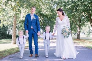 Fabian med sin fru Izabella och deras två söner, Mio och Noel, under parets bröllop. Trots traumat med hans hjärtstopp var det inget snack om att bröllopet skulle genomföras – ett beslut Fabian absolut inte ångrar i dag.