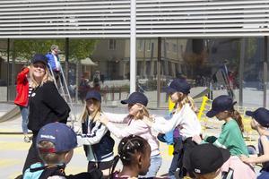 I en lång rad dansade barnen i ett jenka-tåg till Lill-Babs.