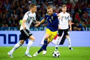 Sebastian Larsson var i konstant rörelse mot Tyskland. Bild: Petter Arvidson/Bildbyrån.