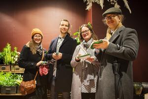 Sara Johansson, Magnus Gerdin, Elisabet Norling och Ulf Liljekvist vara alla nöjda med vandringen. Här ätandes en honungskaka på Herbanist som gästas av Bee Happy.