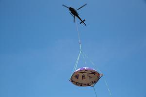 Helikopterturen åkte längs med kanalgatan för att sätta taket på rätt plats.