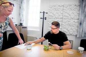 Johan Järvklo är en upptagen person. Lunchen kombineras med arbete när assistent Malena Danell behöver ett par underskrifter.