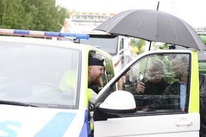 Polisman Niklas Modig höll ordning på lastbilskortegen genom staden.