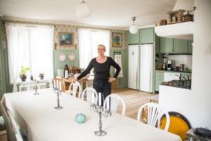 Max har platsbyggt köket och själv gjort alla luckor och lådor medan Marie har målat med linoljefärg och tapetserat.