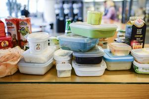 I genomsnitt slänger varje svensk cirka 45 kilo ätbar mat och dryck varje år. Foto: FANNI OLIN DAHL / TT
