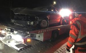 Här bärgas bilen från olycksplatsen.