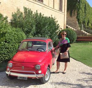 Posering med fin bil utanför slottsbrunchen.