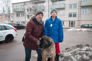 Lisen Wennerlund, 46, lastbilschaufför, Norberg, med Aron Wennerlund, 6, studerande och hunden Spöka:– Ingen aning faktiskt. Hur många skyddsrum det finns? Bra fråga, skulle gissa på mellan fem och tio stycken.