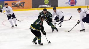 Marwin Ingmarsson och Axel Olsson försöker vända spelet för Östersund.