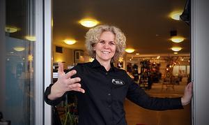 Vid lunchtid på fredagen slår Maria Fredriksson upp dörrarna  till nya butiken. Hon säger att det första året blir ett försök och att man kommer att anpassa sig mycket efter vad kunderna efterfrågar.