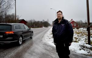 Ett fast hinder som gör det omöjligt att köra för fort vore det bästa för vägen genom Bispbergshyttan, menar Markus Hällbo.
