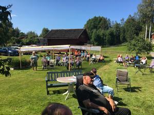 Många tog sig till Åmot för att lyssna på minispelmansstämman, som arrangörerna själva valt att kalla det.