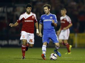 Yaser Kasim under mittfältarens tid i Swindon. Här i en match mot Juan Matas Chelsea i Ligacupen.