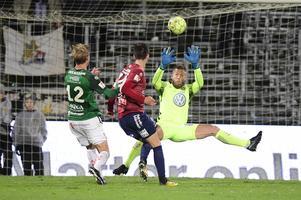 Örgrytes Daniel Paulson och Jönköpings Södras målvakt Frank Pettersson under tisdagens fotbollsmatch i superettan på Stadsparksvallen.