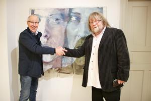 Taget, säger konstnären Berthel Martinson till Olle Medin som namngav tavlan som syns i bakgrunden. Nu kan man fylla i foldern att nr 7 heter Nämen vad säger du.