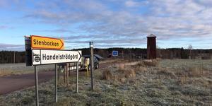 Stenbacken i Övre Gärdsjö har varit utan gatubelysning sedan i våras - utan besked från Dala Energi.