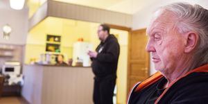 Bostadslöse Bengt-Åke Wikman lyssnar på Lars-Göran Persson som leder dagens korta andakt på Ria. Snart ska han ta de två pappkassarna med sina ägodelar och ge sig ut i novemberkylan.