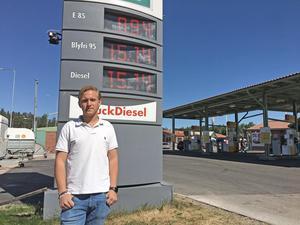 Linus  Fransson (mp) står vid Dalahästområdet. Här finns ingen snabbladdningsstation för elbilar. Det finns det inte heller någon annan stans i Avesta kommun