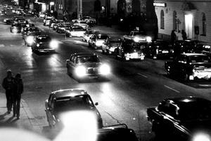 Många bilar på liten yta i 70-talets Sundsvall.