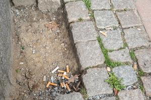 Södertäljes gator har många cigarettfimpar. Foto: Simon Karlsson