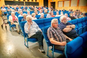 Stormöte i skolans aula om Kälarne hälsocentrals framtid som filial.