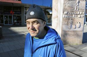 Boston Marathon står det på Björn Dahlströms mössa. Ett av drygt femtio lopp han sprungit. Bara två gånger har han brutit ett långlopp, Stockholm Marathon och Öppet spår. Sjukdomar satte stopp.