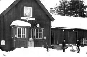 Det här är järnvägsstationen i Backe 1967. ÖP skriver om att stationen nu mister sin betydelse eftersom persontrafiken Forsmo och Backe dras in. 1974 stänger SJ stationen.