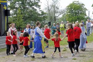 Folkdansgillets unga bjöd på dansuppvisning.