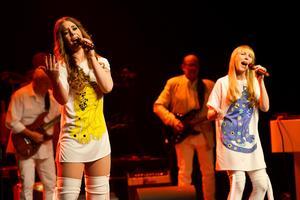Erica Ohlsson och Lina Lassander i rollerna som Abborna Frida och Agnetha.