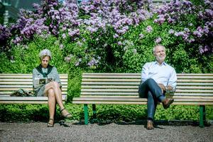 I väntan på val. Jan Björklund (L) hoppas på blomstrande tider. Lena Joelsson råkade bara sitta på bänken intill här utanför riksdagshuset.
