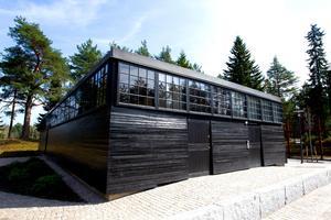 Arkitekten Bernt Nybergs återstående hus står numera isolerat från marken.