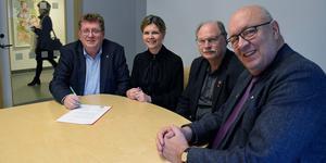 Borlänges kommunalråd Jan Bohman (S), regionråd Sofia Jarl (C), Kenneth Persson (S) och regionråd Ulf Berg (M) är överens om att etablera ett familjecentral i Borlänge.