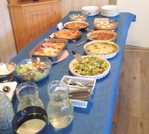 Ett välfyllt fikabord serverades med många olika pajer. Foto: Inga-Brith Nilsson