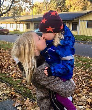 Storasyster Villemo hämtar Vilya på förskolan i Göteborg.