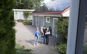 Madelene Höglund har pratat solenergi med Tobias Folker och Jessica Steen Englund. Solpanelerna sattes upp på garaget hemma i Mårtsbo samma dag som Maximilian blev storebror till Alexander.