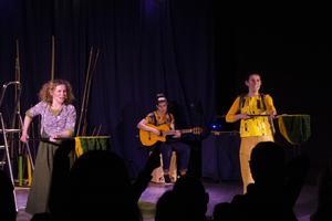 Under föreställningen bjuder skådespelarna in publiken att delta i en omröstning när ett viktigt vägval ska göras.