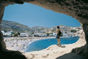 Sugen på ett dopp i Medelhavet för en billig penning? Chaniakusten på Kreta är en av de charterorter som tar emot flest turister och dit de flesta av restresorna går.