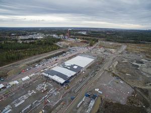 Microsofts första datacenter i Ersbo har hunnit en bit på väg. I bakgrunden skymtar kraftverket Johannes.