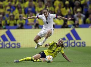 Sverige förlorade mot USA i den sista gruppspelsmatchen. Kelley O'Hara från USA hoppar över Sveriges Kosovare Asllani.