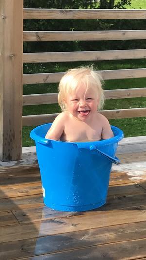 Barnbarnet Milly tar sig ett dopp. Foto: Malin Sundqvist