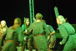 Robin Hoods stråtrövare och sheriffens poliser i uppgörelse på Musikhusets scen.